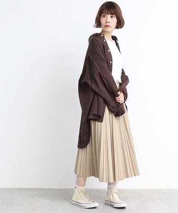 リネン素材で着心地も抜群の、ビッグシルエットシャツです。ベルトのウエストマークでトップス風な着こなしもできますが、羽織として活用するのもおすすめ。ブラウン×ベージュの秋色コーデは、プリーツスカートにスニーカーを合わせて上手にカジュアルダウンしています。