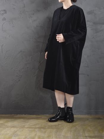 無駄のないシンプルなワンピースを着るなら、少しだけボリュームのあるショートブーツでインパクトを足し算。カジュアルさも加わって、親近感のあるフェミニンスタイルが完成します。