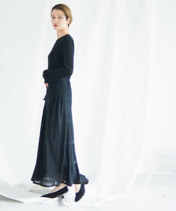 コンパクトなブラックのトップスに、ふわっと広がるエアリースカートを合わせて。全体の色味が重い分、素材で軽快さを出していくのが◎。