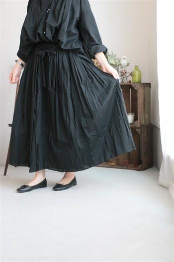 オーバーサイズなブラウスに、生地をふんだんに使ったフレアスカート。そんな重厚感のある組み合わせも、ソフトな素材なら軽やかな印象に!