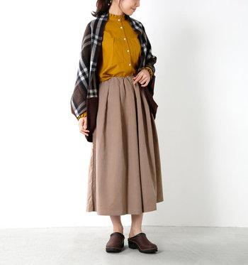 これからの季節にぴったりなマスタードカラーのシャツは、襟元と袖口にさりげなくあしらわれたプリーツデザインがワンポイント。胸元の大きめポケットも存在感があり、カーディガンやストールなどの羽織から、ちらりと覗かせる着こなしもおすすめです。