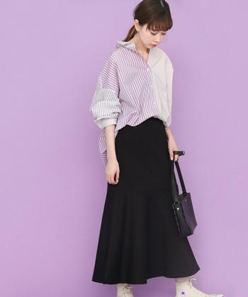 3種類のストライプ柄を組み合わせて作られた、個性的な長袖シャツ。インパクトのあるデザインのトップスには、何を合わせてもしっかり馴染む黒スカートを合わせる着こなしがぴったりですね。