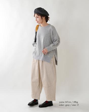 裾にかけて広がるゆるニットには、太さのあるワイドパンツを合わせて。スキニーパンツを持ってくるより、グッと今っぽく仕上がります。