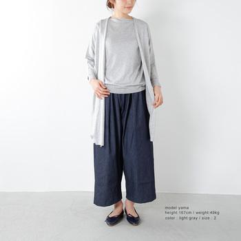 カーディガンやジャケットなど、羽織りものをプラスしても着ぶくれしにくのが薄手ニットのいいところ。色を統一させればアンサンブル風に。