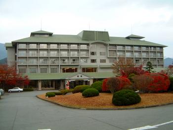 河口湖畔にはるこちらのホテルはお部屋によって、富士山側、河口湖側によって眺めが楽しめます。2018年3月にリニューアルされた温泉は、男性側は重厚感のある古民家をイメージして、女性側はあたたかみのある京町屋をイメージして作られています。