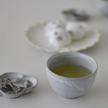 金沢で作陶する、たくまポタリーの宅間祐子さんのほっこり椀。湯呑みとしてはもちろん、カフェオレやデザートにも使えるフリーなデザイン。上品なグレーの穏やかなたたずまいは、正しく淹れた本物の日本茶を飲みたい気持ちにさせてくれます。