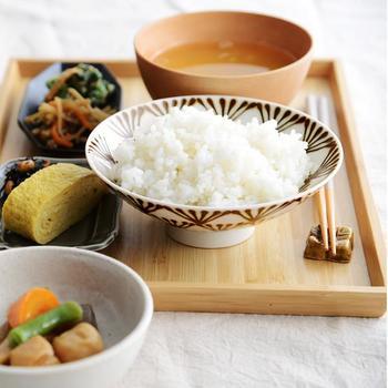 美しい絵柄が映え、お箸でご飯がすくいやすい平茶わん。日本の代表的プロダクトデザイナー・森正洋氏のデザインによる「白山陶器」の平茶わんは、絵柄のバリエーションも豊富で、コレクションしたくなります。ご飯以外に、煮物などを盛り付けても素敵です。