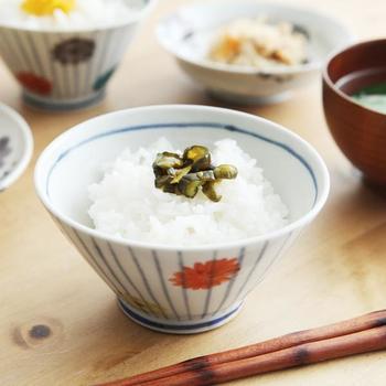 可愛らしいデザインの九谷焼の茶碗。九谷五彩といわれる5色のうち4色を使って、色とりどりの野菊が描かれています。成形から絵付けまですべて人の手によるもので、ひとつとして同じ作品がないのも素敵なところです。