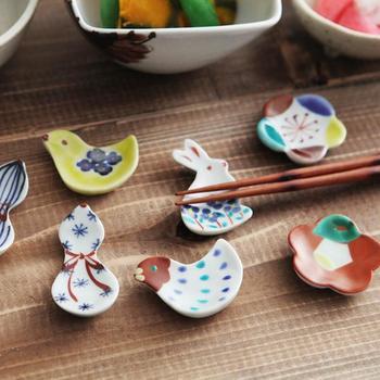 九谷の土や絵の具を使って手作業で仕上げるぬくもりの箸置き。金沢の陶芸作家、赤地径氏の作品です。全てのデザインをそろえたくなりますね。九谷の色絵茶碗にもよく合います。