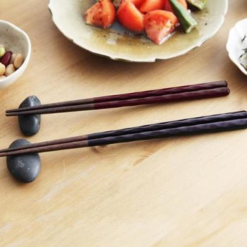 塗り箸の名産地、福井県の老舗「箸蔵 まつかん」の、シンプルながらもつやのある削り箸。こだわりの飯椀や汁椀に合う、上品なお箸を添えると、食卓がまとまりますね。