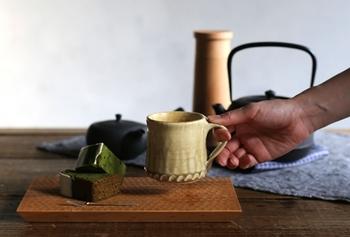 実用性と美しさを兼ね備えた、伝統の焼き物、瀬戸焼。こちらは、あえてマットな質感に仕上げた、いらぼマグ。民藝調のぽってりとした雰囲気に、ボトムの装飾がアクセントになっています。