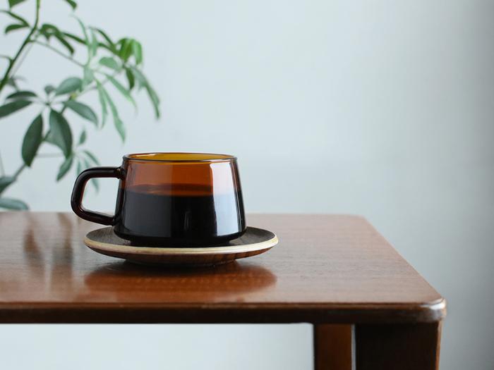 アンティークのように趣のあるセピアのカップ。懐かしさとぬくもりを感じさせる色合いとデザインに和みます。無垢の木を使った厚みのあるトレイも、とてもナチュラル。おこもりしたい秋の夜にぴったりのたたずまいです♪