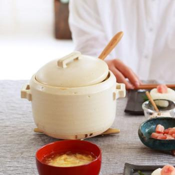 こだわりの飯椀を使うなら、ご飯の炊き方にもこだわりたい!こちらは、小人数分がふっくら炊ける土鍋です。お米が対流しやすいように鍋の縁が内側に入っており、ふきこぼれにくいのもうれしい点。卓上に置いても絵になります。