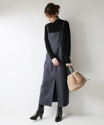 レザーなど、艶が美しいショートブーツをあわせるだけで、秋らしい印象に簡単にチェンジできます。 黒は光沢が映えて、よりかっこいいアクセントに。