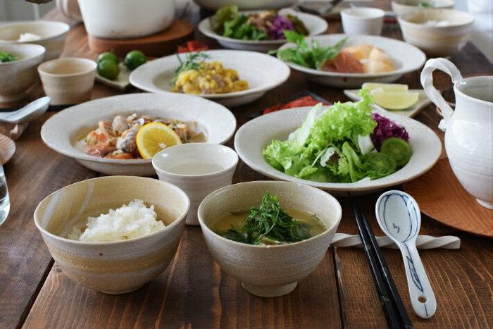 思いがこもった作家ものの飯椀・汁椀もいいですね。こちらのごはん茶わんと手まりわんは、金沢の陶芸家・中田雄一氏の作品で、中田夫妻が実際に使っていらっしゃるものだとか。手まりわんにご飯を盛り付け、ごはん茶わんに具だくさんの汁物を入れるなど、入れ替えて使うのも自在です。