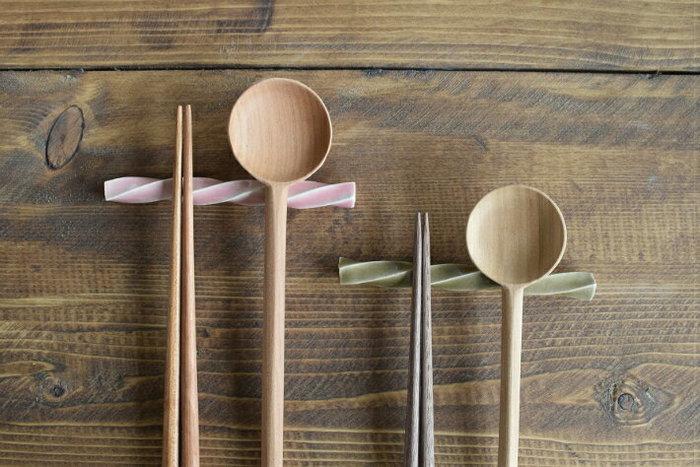 こちらのカトラリーレストは、ごはん茶わん&手まりわんと同じく、中田雄一氏の作品。和食のテーブルにもよくなじむ、シンプルでさりげないデザインで、お猪口やコップなどに立てておいても絵になります。