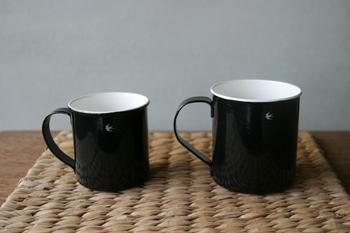 琺瑯は、におい移りがしにくく、味質も変わらないのが特徴。こちらは、ツバメ印がワンポイントになったホーローカップ。コーヒーや紅茶、スープなどいろいろな飲み物に使えます。