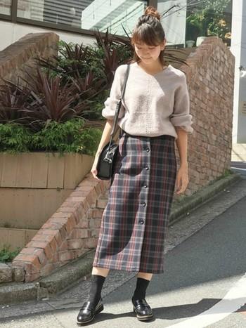 オーバーサイズ気味のニットをフロントボタンのすらりとしたスカートにインしてこなれた印象に。足元にも素肌を見せることで、タイツよりも軽やかな雰囲気に仕上げています。