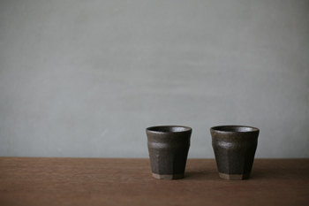 日本一の紅花の産地・山形で、山形の土器をイメージして作られた器。釉薬も、地元の紅花です。渋さが際立つ大人の器には、とっておきのこだわり茶葉で淹れたお茶が似合うかもしれません。こちらの器は、湯呑みのほか、そば猪口としても使えます。