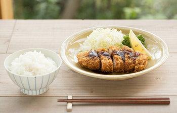 400年の歴史を誇り、日本で初めての白い焼き物・磁器を生んだ有田焼。ファンも多いですね。そんな伝統の焼き物を食卓に迎えてみませんか。こちらは、古典柄でありながら、和洋中どんな料理にもなじみ、現代の食卓にも合うデザインの飯椀。本格派の焼き物を据えることで、上品さと落ち着きが生まれます。