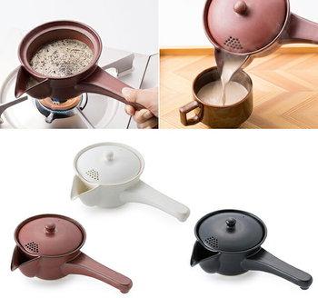 こちらは、お茶を焙じる「ほうろく」と急須がいっしょになった、ほうろく急須。香り高い本格的なほうじ茶が、おうちで味わえます。また、茶葉が開く2煎目は、フタの穴を茶漉し代わりに使う工夫も。渋い色合いで、落ち着いた食卓にもよく合います。