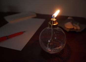 ほのかな炎の揺らめきをゆるりと愉しむオイルランプ。こちらのランプは、ろうそくを溶かしたオイルを使っており、とても安心。煙りやニオイもほぼ出ないので、お部屋の中でも気軽に使えます。国内でただ一社、日本製ランプのみを製造する「Winged Wheel」のものです。