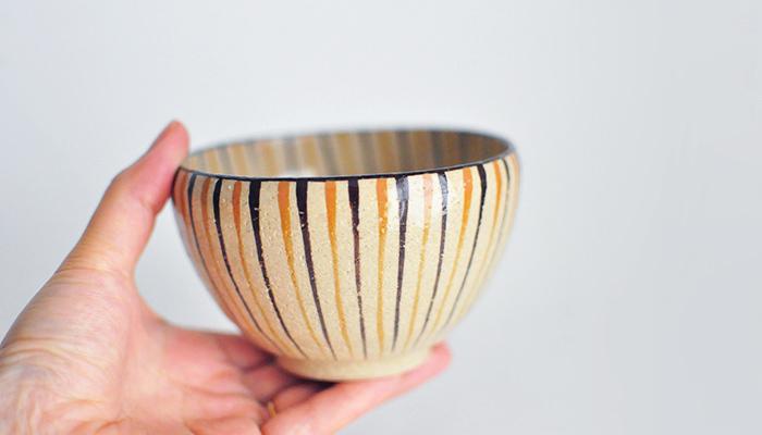 実用性と美しさを兼ねた瀬戸焼の器。タテ縞の「麦藁手」という伝統の柄ですが、軽やかな雰囲気もあり、食卓のアクセントにもなりそう。飯椀や小鉢などフリーに使える器です。