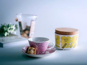 こんな花柄のカップも、気分が華やぎますね♪スウェーデンの伝統ある陶磁器メーカー「GUSTAVSBERG(グスタフスベリ)」と、動物や食物をモチーフにした作品が人気の「鹿児島睦(まこと)」氏のコラボによる作品。