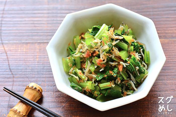 シャキシャキとした食感を楽しめる小松菜に、じゃことおかかの旨みをプラスした和え物レシピ。電子レンジでつくれるので、10分ほどで完成します。電子レンジは上から温まっていくため、茎を上にして加熱するのが、おいしく仕上げるポイントです。