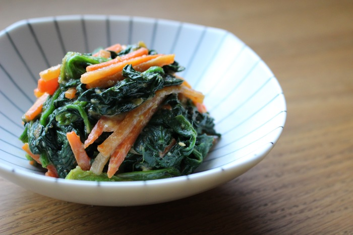 ごまやおかか和えは定番ですが、レシピの幅を増やしたいなら、ひと味違った和え物にチャレンジしてみては? ほうれん草とニンジンを、香ばしい落花生で和えたレシピ。落花生の歯ごたえと、風味を楽しめます。