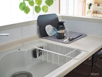 では、お掃除&収納上手な皆さんは、どうやってシンクをきれいにすっきりまとめているのでしょうか?いろいろなブロガーさんのアイディアを参考に、自分に合いそうな方法を見つけてみましょう!