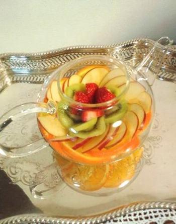りんごやぶどう、キウイなど、旬の果物をたっぷり使ったフルーツティーは、贅沢なおいしさのスペシャルな飲み物。ゆったりと過ごしたい夜などにもいいですね。