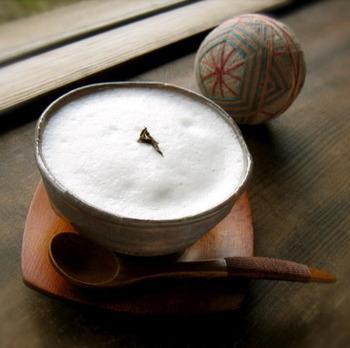 ほうじ茶とミルクで作る、香ばしいほうじ茶ラテ。和と洋のコラボレーションが楽しめる、素敵な飲み物です。和菓子も洋菓子も合います。