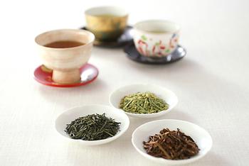 緑茶に合うのは少し低めの湯温ですが、玄米茶・ほうじ茶は、100℃の熱湯を。サッと出して、香りを楽しみます。抹茶入りの玄米茶などは、少し低めの90℃くらいがおすすめのようです。