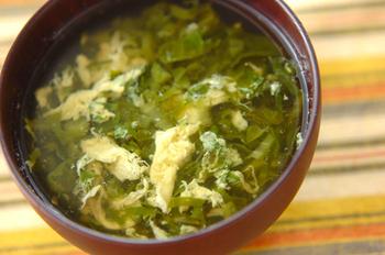 茹でたツルムラサキを卵とじのスープに仕上げたレシピです。温かいスープでたっぷりツルムラサキが食べられると、栄養価も高いので嬉しい一品ですね。 仕上げに少しラー油を加えると、さらに風味がアップ。