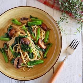 ツルムラサキをたっぷりと食べられるレシピです。 炒めてもツルムラサキのネバネバがパスタに絡んで、おいしく食べられます。