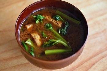 ツルムラサキが美味しく感じる、赤味噌仕立てのおみそ汁レシピです。粘り成分がみそ汁にとろみをつけてくれるので、いただけば、体の中がポカポカと温まりますよ。 もちろん油あげのほか、お麩や豆腐など、好みの具をあわせても美味しいです。