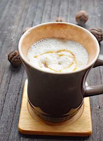木製のカップで味わうなら、木の実の香りが香ばしいホットラテなどもいいかも。秋の森を感じながら、静かな夜を過ごしましょう♪
