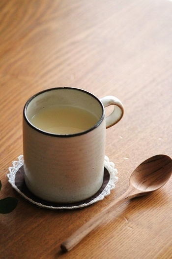 温かい甘酒をマグカップでたっぷりいただくのも、秋の夜にはいいですね。どっしりとしたマグカップにも、和の甘酒はよく合いそうです。体に優しい麹甘酒をおうちで作るのもおすすめ。