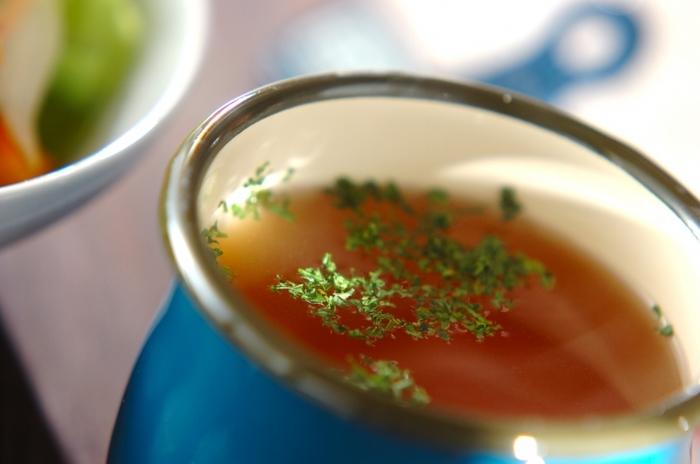 ちょっとした空腹時や体を温めたいときなどには、飲み物の代わりにシンプルなコンソメスープにするのもおすすめ。夜遅めでも罪悪感がありません。透き通ったスープが、シンプルなホーローとマッチします。