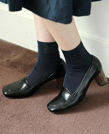 薄手の靴下もよく似合う靴なので、着こなしの幅も広いのが特徴です。重すぎず、軽すぎない秋らしいバランスのローファーコーデを見ていきましょう。