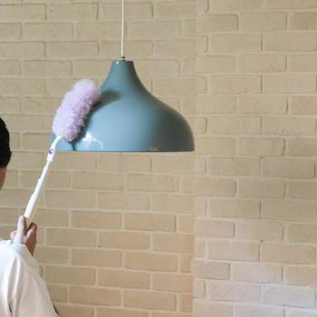 アルミ素材の照明は、はたきや柔らかい素材の布で汚れを落とします。その後、硬く絞った布で拭きましょう。