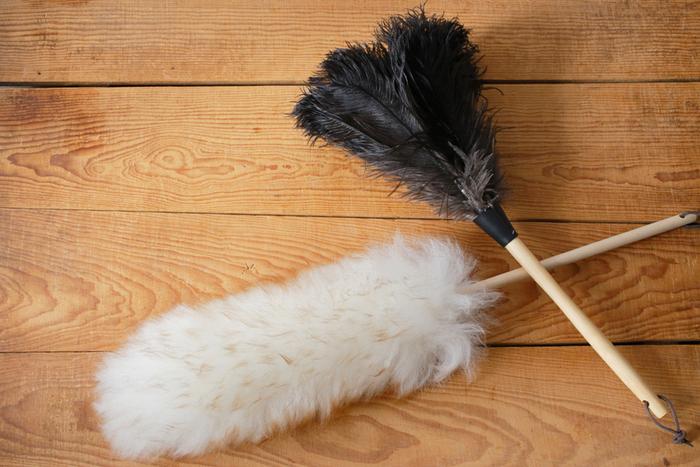 100%天然羊毛とダチョウの毛で作られたダスター。大切な家具や家電を傷付けずに、ほこりやちりを取り去ってくれます。