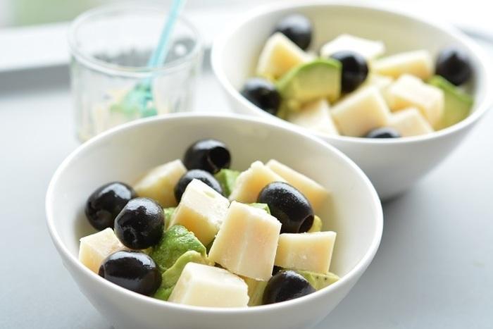 オリーブとパルミジャーノを使ったおつまみ感覚で食べるサラダ。 ドレッシングはおうちにあるお好みのもので!食べる直前にドレッシングをかけるのがポイントです。