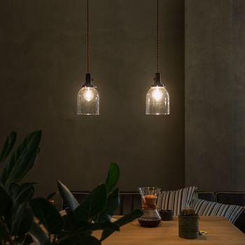 小さなガラスのペンダントライトをダイニングで使いたいなら、いくつか並べて多灯吊りをしてみるのがお勧め。リズムが生まれておしゃれな空間に。多灯吊りはレール一つで簡単にできます。