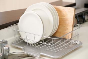 """シンク脇やシンク内のスペースを必要とする""""水切りかご""""。食洗機を利用する家庭が増えていることもあり、あえてかごを置かずに済ませている方も多いようです。その工夫を拝見しましょう。"""