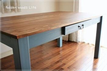 こちらは少しアンティークな取っ手を、テーブルの引き出しに。取っ手は簡単に付け替えることができるので、自分のお気に入りを探してみてはいかがでしょう?