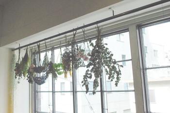 DIYが苦手という方でも、こんな風に好きなお花をレールに吊るしてみるだけでも、ナチュラルな窓辺は作れます。頂いた花束やドライフラワーを、麻糸などで思い思いに飾ってみましょう。