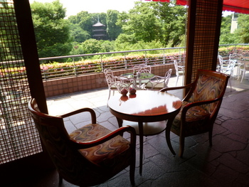 ホテル椿山荘東京の3Fにあるティーラウンジ「ル・ジャルダン」。緑豊かな庭園を眺めていると、思わず都心にいることを忘れてしまいそう。落ち着いた雰囲気の中でお喋りを楽しみたいときにおすすめです。