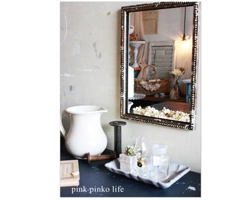鏡の前にアメニティーグッズをディスプレイして作り出す、自分だけのちょっと特別なスペース。なんとこちらの鏡は100円ショップの鏡をアンティーク風にリメイクしたもの。